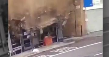 Un transeunte escapa por segundos de ser aplastado por un edificio