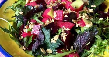 Салат из свеклы с яблоком и пикантной гранолой