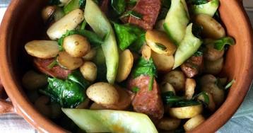 Теплый салат из чорисо с молодым картофелем и огурцом