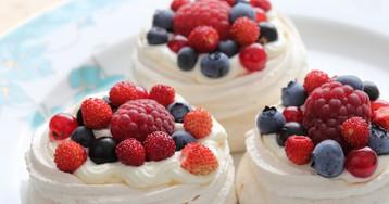Аппетитные меренги с ягодами
