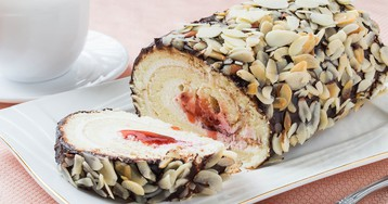 Бисквитный рулет с шоколадной глазурью и сливочным кремом