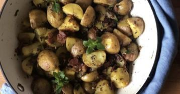 Молодой картофель с ягодами можжевельника и беконом