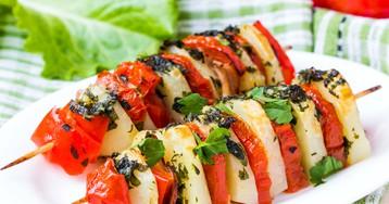 Шашлык с овощами и беконом на шпажках