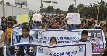 La ayuda de un millonario a un niño que estudiaba bajo una farola desnuda la precariedad en escuelas peruanas