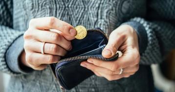Сквозь пальцы: на какие покупки мы зря тратим свою зарплату
