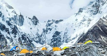 Trash and dead bodies tallied after massive Mount Everest cleanup