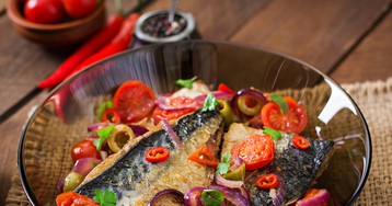 Скумбрия по-средиземноморски на сковороде