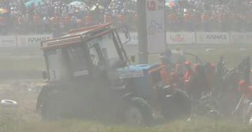 La maniobra de un tractor que casi atropella a un grupo de periodistas durante un rally