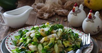 Салат с авокадо, грушей, огурцами и тыквенными семечками