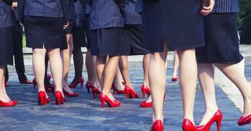 ¿Puede la empresa obligarme a llevar tacones y falda? Depende