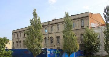 На шторы для омского центра «Эрмитаж-Сибирь» потратят два миллиона рублей
