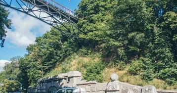 Чоловік зістрибнув з мосту закоханих у Києві: перші подробиці
