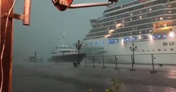 Un crucero pierde el control en plena tormenta en Venecia