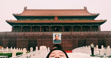 Woman Parodies Perfect Instagram Travel Photos With Hilariously Unphotogenic Selfies