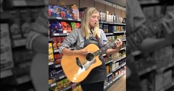 Una empleada de un supermercado consigue un contrato musical tras ser escuchada por un cliente