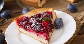 Сливовый пирог с малиной