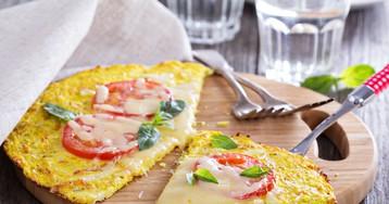 Пицца из цветной капусты с помидорами и сыром