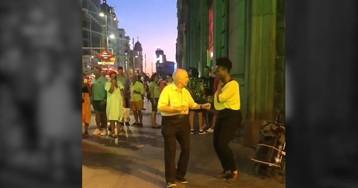 El baile viral de un anciano al ritmo de los artistas callejeros de Madrid