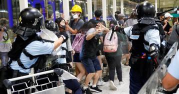 La policía carga contra los manifestantes en el aeropuerto de Hong Kong