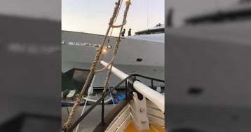 Un yate choca contra un muelle y provoca daños materiales en un restaurante flotante