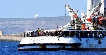 La espera del 'Open Arms' frente a Lampedusa, en imágenes