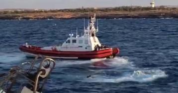 Diez personas saltan al agua desde el 'Open Arms' para intentar llegar a tierra