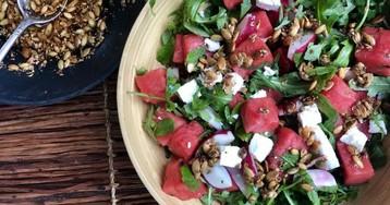Салат с арбузом, фетой и перцем чили