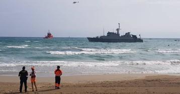 Encalla un buque de la Armada que participa en las tareas de búsqueda del avión siniestrado en La Manga
