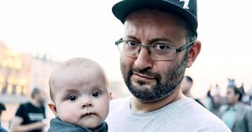 Полиция бросила ребенка в пустой квартире, задержав журналиста Азара