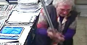 Грабитель вошел в магазин, но пожилая продавщица не растерялась и дала отпор
