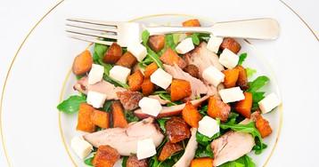 Салат с копченой курицей, вареной тыквой и сыром фета