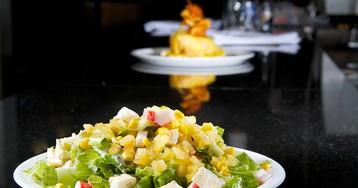 Салат с ананасом, сыром фета и крабовыми палочками