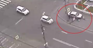 Автомобиль вылетел на тротуар и сбил двух детей в Красноярске