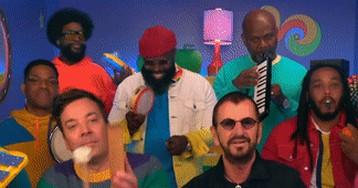 Ринго Старр спел «Yellow Submarine» вшоу Джимми Фэллона вокружении мультяшных рыбок