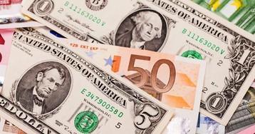 Доллар и евро слабеют. Стоит ли поторопиться с покупкой?