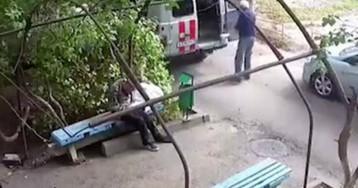 Врачи скорой помощи бросили пациента с инсультом на лавочке в чужом дворе