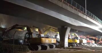 El momento en el que el puente de una autopista se derrumba sobre varios coches
