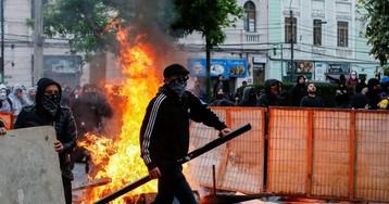 Los chilenos desafían el toque de queda y los disturbios dejan al menos tres muertos