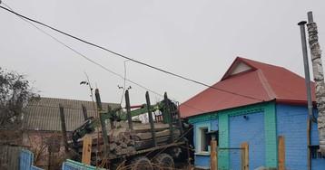 Вантажівка з будматеріалами протаранила будинок під Полтавою: страшні кадри з місця події