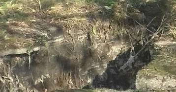 89-летняя женщина провалилась в яму с кипятком рядом с домом в Новосибирске
