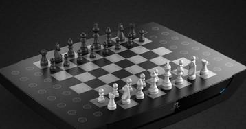 «Умная» шахматная доска Square Off сама двигает фигуры по полю