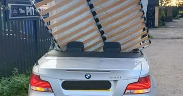 Фотоновость: полиция задержала автоледи, перевозившую кровать на заднем сиденье кабриолета