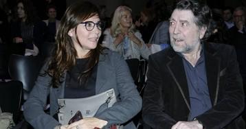 Joaquín Sabina hinca la rodilla para pedirle matrimonio a Jimena Coronado