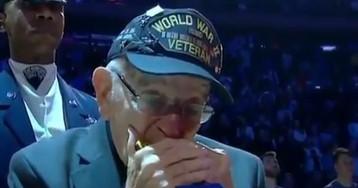 96-летний ветеран сыграл гимн США на губной гармонике перед матчем НБА