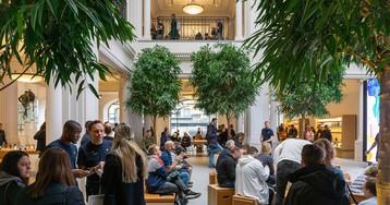 Apple reinaugura lojas em Amsterdã e no Maine; Deirdre O'Brien fala sobre vida e carreira em entrevista