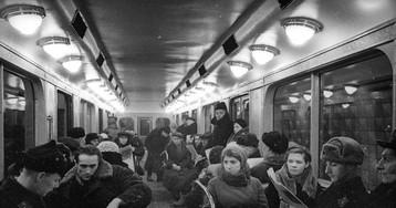 В салоне поезда метрополитена из экспериментальных вагонов типа «Г», 1940 год, Москва