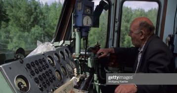 Машинист электровоза ВЛ80 за работой, 1988 год, СССР