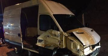 Una furgoneta con 52 inmigrantes irrumpe en Ceuta tras romper la valla
