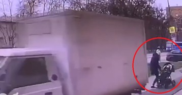 Грузовик сбил молодую москвичку с ребенком на тротуаре
