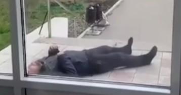 Мужчина в конвульсиях бился у поликлиники, где его оставили лежать медики